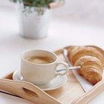 Nespresso koffie met croissant