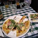 Pizza Principessa (mozarella, mascarpone, jambon speck, noix, miel, roquette, parmezan)