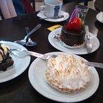 Brownie con helado de vainilla, lemmos pie, torta mousse de chocolate.