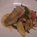 Bacalao, vegetales y salsa de mostaza