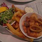 Salmón, rabas, bacalao y camarones con papas fritas