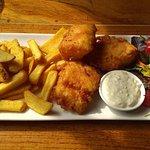 Bacalao frito con papas fritas y ensalada