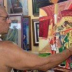 """El artista Galo Ramirez en acción en una de su obra """"Jazz Experience"""""""