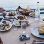 6 πιάτα ,τραπέζι για 4 !!!