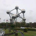 foto saya di mini europe yang berlatar belakang atomiun di belgia