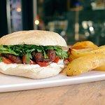 RIMINI RIMINI: panino con salsiccia, squacquerone, rucola, pomodorini e salsa all'aceto balsamic