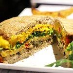SUPER SIZE ME: panino vegano, con hamburger di lupini e ceci. Da provare!