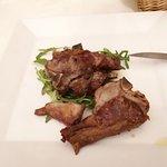 piatto di carne di agnello alla brace. Ottimo