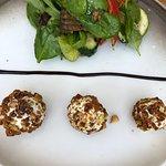 Ziegenkäse mit Knuspermantel und kleinem Salat