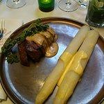 Bizonsteak met zwarte pepersaus, asperges en aardappelgratin