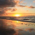 Amanecer en la playa a unos metros de la posada