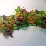 Fiori di zucchina ripieni di funghi porcini, crumble di parmigiano, perlage di tartufo nero, cre