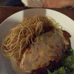 Filé a parmegiana com espaguetti ao molho sugo