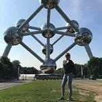 Atomium: foto saya di mini europe yang berlatar belakang atomiun di belgia