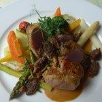 Schweinsfilet mit Rohschinken, Morcheln, Spargeln, Gemüse