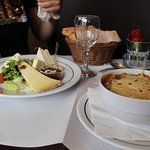 тарелка 3 вида сыра - около 11 евро. луковый суп - 6,4 евро