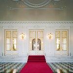 迎賓館本館の正面玄関ホールの写真。白と黒の市松模様となっており、白の部分はイタリア産大理石のビアンコ・カララ、黒の部分は国産の玄昌石となっています。