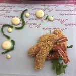 Gamberoni croccanti con granella di mandorle su crema di melagrana