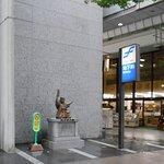 川上音二郎像の遠景(写真右端は川端商店街南口)