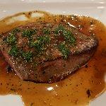 Foie de veau à la lyonnaise cuit rosé et déglacé au vinaigre avec accompagnement au choix