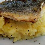 Filete de dorada sobre puré de patata casero
