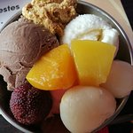 Ice cream teamed up with fruits and lychee.