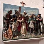 Een van de beeldhouwwerken van de kruisgang