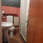 Łazienka w tzw. układzie rodzinnym: na dwa pokoje dwuosobowe jedna łazienka /prysznic, umywalka