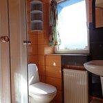 Łazienka przy pokoju trzyosobowym.