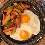 Сосиски по- деревенски с печеным картофелем и яичницей