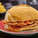 Sanduíche de Pernil - tenras fatias de pernil no pão francês molho de tomate e cebola