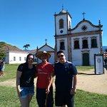 Foto com o guia Juan Jose em frente a igreja Santa Rita
