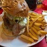 double hamburger con bacon e patatine