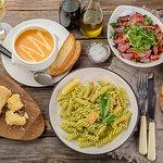 Обед по-итальянски: тыквенный суп, салат с утиным филе и рукколой, фузилли с лососем и песто