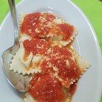 ravioli ripieni di formaggio al sugo di pomodoro(li servono di carne normalmente, eccezione per