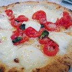 Pizza a filetto di pomidoro e mozzarella