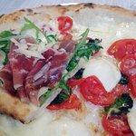 Pizza con Prosciutto crudo rugola e scaglie di parmiggiano