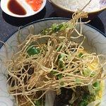 khao soi pla cod : filet de cabillaud snacké ,nouilles sautées,pousses de moutarde vertes etc