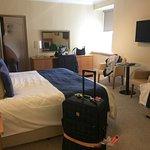 Schönes Zimmer mit gutem Bett und ordentlichen Kissen