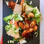 Petite salade verte et poulet sauté avec une sauce divine 🤤