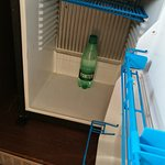 frigobar, solo 3 botellas de agua gratis, No ponen vasos