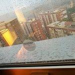 La ventana cerraba mal y entraba la lluvia y el viento