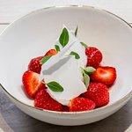 Fraises, glace yaourt au thym citron, meringue craquantes, basilic