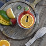 Onze heerlijke 'Sweet Mango Sunshine'. Met daar in appel, sinaasappel, aardbei en mango.