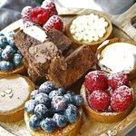 Ook bieden wij heerlijke zoetigheden aan. Onder andere verse appeltaart, brownies en tartelettes