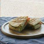 Wij serveren heerlijk vers afgebakken brood met een keuze uit kip, serrano ham of tonijn.