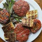 Albóndigas en salsa y hamburguesas de pollo con verduras.