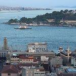 Вид на Босфор и Золотой Рог с башни.