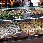 Arrollados y cucuruchos de fiambres, quesos, verduras...