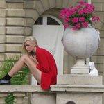 modelo posando no jardim de Luxemburgo